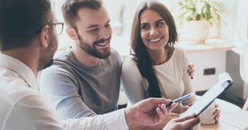 Querverkauf: Definition, 10 Beispiele, Vorteile und 3 Techniken (Foto: Shutterstock - G-Stock Studio)