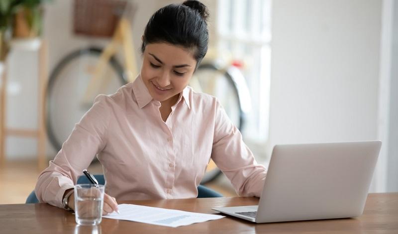 Weiterbildungen machen um für die Anforderungen des Arbeitsmarktes gewappnet zu sein. ( Foto: Shutterstock-fizkes)